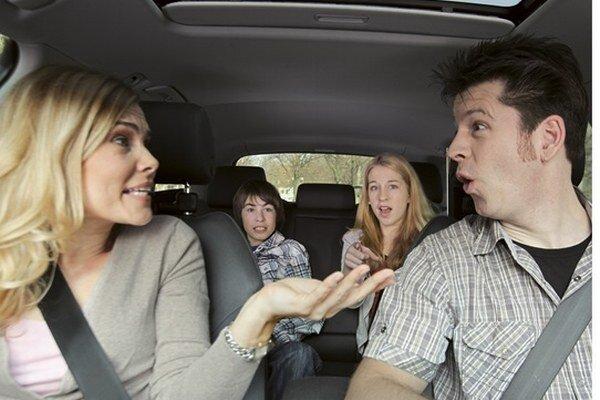 """Partneri sa v aute často hádajú. Ženám najviac prekáža, keď sa ich muž príliš """"tlačí"""" na auto vpredu, muži zase najviac lamentujú nad zlou orientačnou schopnosťou svojich partneriek."""