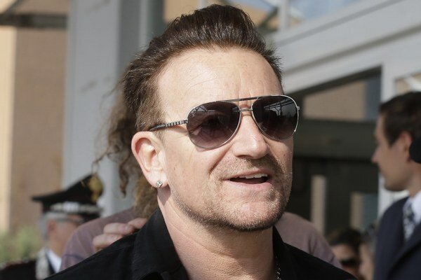 Frontman kapely U2 Bono.