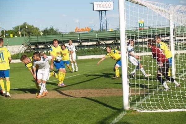 V derby padali góly na konci polčasov. Deväť minút pred koncom zápasu Vranov – Trebišov bol stav nerozhodný.