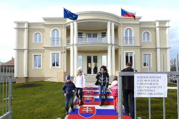 Vstup na pozemok českého veľvyslanectva. Chodník k budove pokrývajú slovenské vlajky.