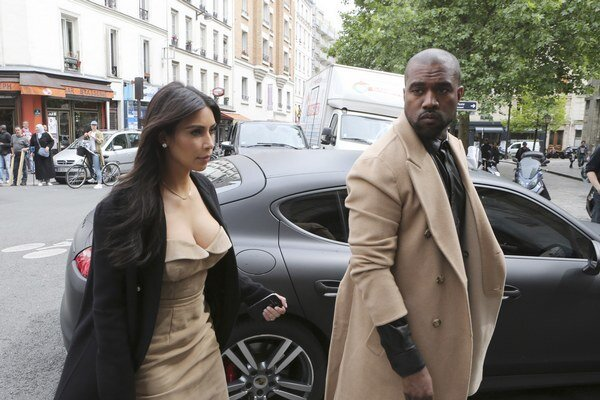 Kim a West v Paríži. Pred obradom v Taliansku pár ešte nakupoval.