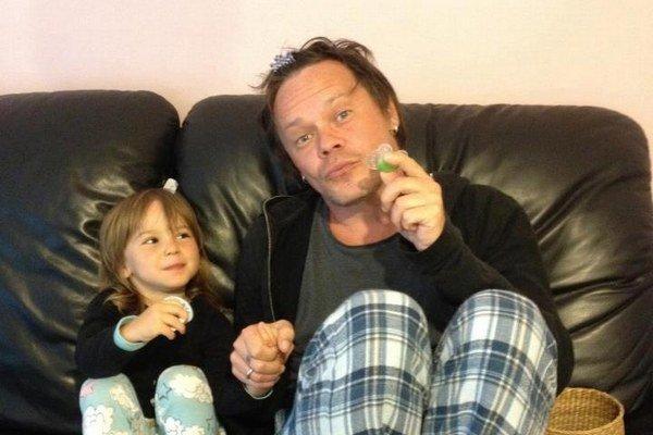 Už je voľný. O dcérku sa však herec mieni starať príkladne.
