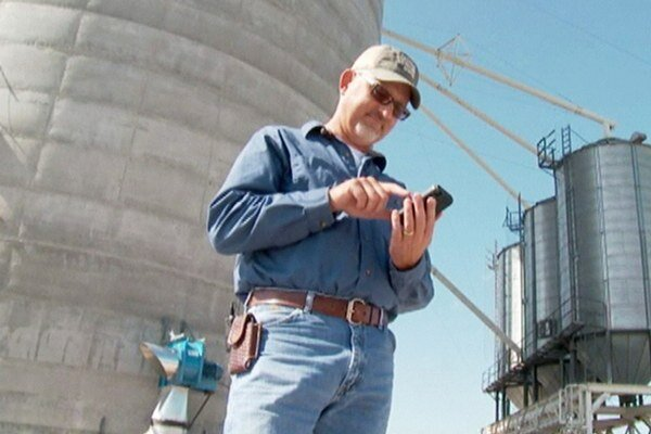 Farmár a jeho cestujúci mobil.