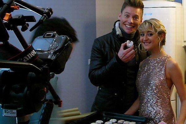 Thomas a Abbie. Pri nakrúcaní klipu k vianočnej piesni si Thomas pochutnával aj na vanilkových rožkoch.