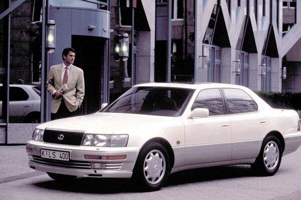 Limuzína Lexus LS 400. Svoj vôbec prvý model - LS 400 - predstavila nová značka Lexus na detroitskom autosalóne v roku 1989.