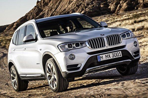 Modernizované BMW X3. Úpravy sa dotkli predných reflektorov, prednej masky, oboch nárazníkov i vonkajších zrkadiel.