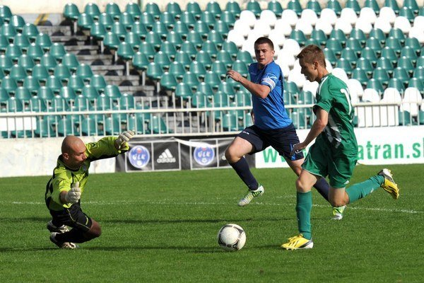 Daniel Baran (vpravo) z Prešova. Prekonal brankára hostí Lukáša Kačmára a otvoril skóre zápasu 1. FC Tatran – Bardejovská Nová Ves.