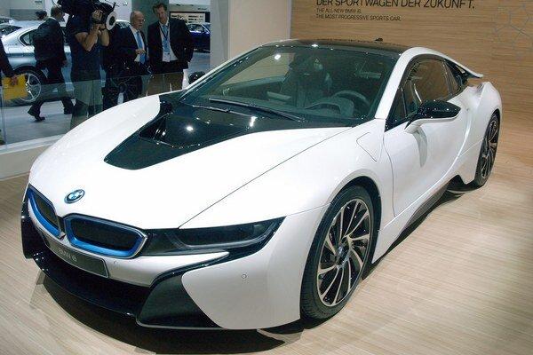 Športový automobil BMW i8. Podtext: Je to prvý automobil koncernu BMW Group, vystrojený hybridným hnacím systémom typu plug-in.