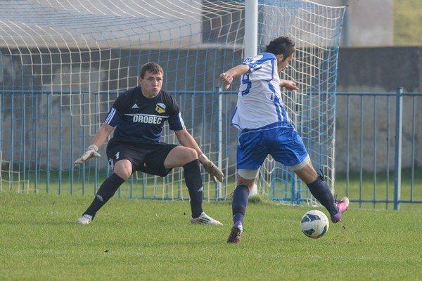 Giraltovčan Stanislav Pankuch práve otvára skóre súboja. Jeho mužstvo však vedenie neudržalo, so Sninou doma iba remizovalo 1:1.