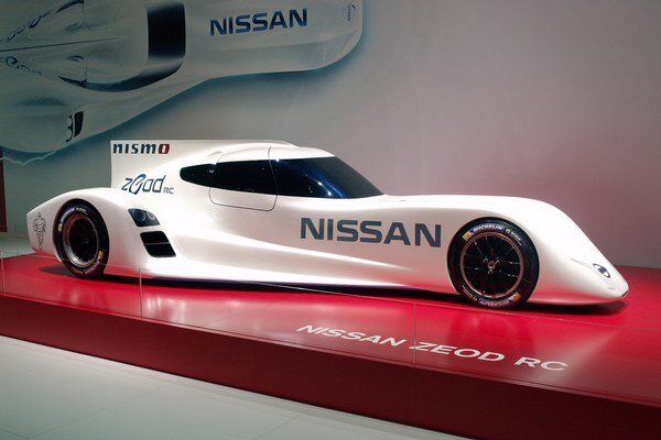 Experimentálny pretekársky Nissan ZEOD RC. Toto vozidlo s hybridným hnacím systémom by sa malo zúčastniť na 24-hodinových pretekoch Le Mans 2014.