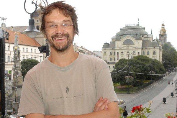 Slovensko má mimoriadne rád. Dan Bárta u nás zásadne rozpráva a píše po slovensky a ide mu to veľmi  dobre.