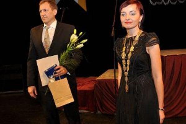 Doklad o čestnom občianstve mesta Prievidza prevzal úspešný športovec Jozef Lohyňa od primátorky Kataríny Macháčkovej.