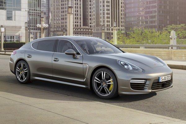 Limuzína Porsche Panamera Turbo S. Špičková verzia radu Panamera bude mať svetovú premiéru na medzinárodnom autosalóne v Tokiu.