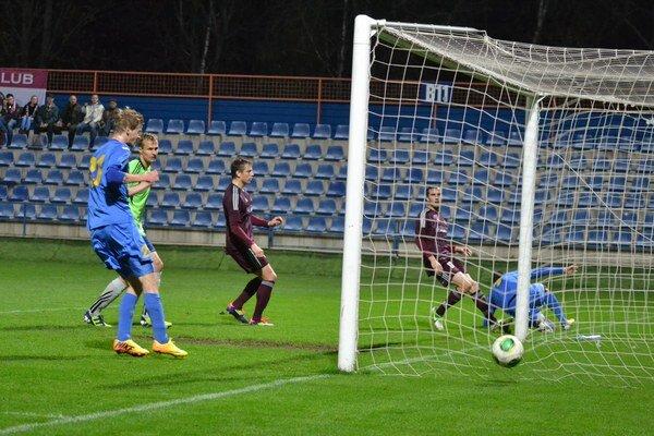 Jediný gól jesenného šlágra. V 23. minúte súboja ho zaznamenal michalovský Stanislav Smrek. FOTO: RA