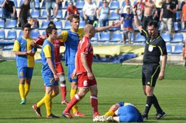 Dôležitý moment východniarskeho derby. Bardejovčan Seman (s číslom 6) vidí od rozhodcu červenú kartu za udretie Božoka (na zemi).