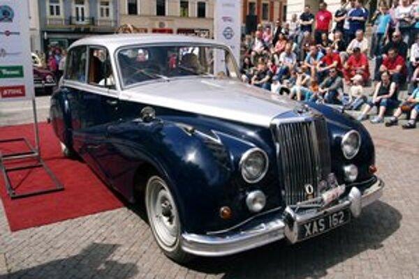 Limuzína Armstrong Siddeley Sapphire. Britskú limuzínu z roku 1955 poháňa 3,5-litrový radový šesťvalec výkonu 112 kW.