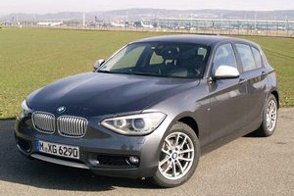 Päťdverové kompaktné BMW 118d. Aj najmenší model BMW má vpredu pozdĺžne uložený motor, ktorý poháňa zadné kolesá.
