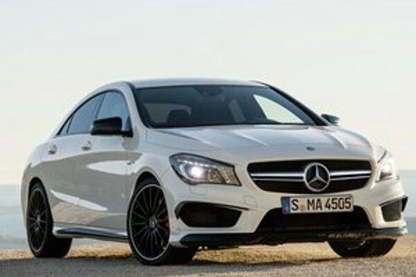 Športový  Mercedes-Benz CLA 45 AMG. Na pohon kupé slúži dvojlitrový prepĺňaný štvorvalcový motor s maximálnym výkonom 265 kW.