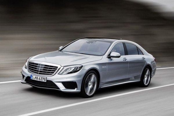 """Luxusno-športový Mercedes-Benz S 63 AMG. Na pohon upraveného """"eska"""" slúži 5,5-litrový vidlicový osemvalec s maximálnym výkonom 340 kW."""