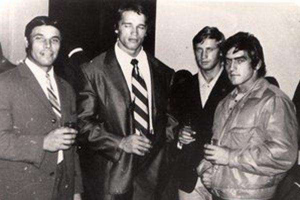 Spoločné stretnutie účastníkov a hostí MS 1971 v Paríži. Vľavo L. Kléri, vedľa neho stojí slávny Arnold Schwarzenegger, ktorému sa vtedy ešte ani nesnívalo o hollywoodskej hereckej sláve a o tom, že raz bude guvernérom Kalifornie. Vedľa neho ďalší repreze