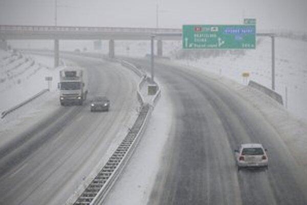 Situáciu na cestách pred víkendom opäť začalo komplikovať počasie.