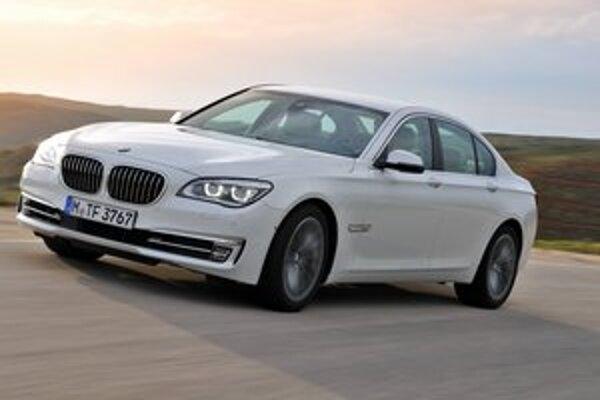 """Modernizovaná vlajková loď BMW. Nová """"sedmička"""" má pozmenenú prednú časť s novými reflektormi."""