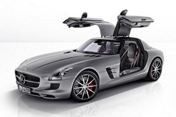 Kupé Mercedes-Benz SLS AMG GT. Na pohon tohto športového kupé slúži 6,2-litrový osemvalec s maximálnym výkonom 435 kW.