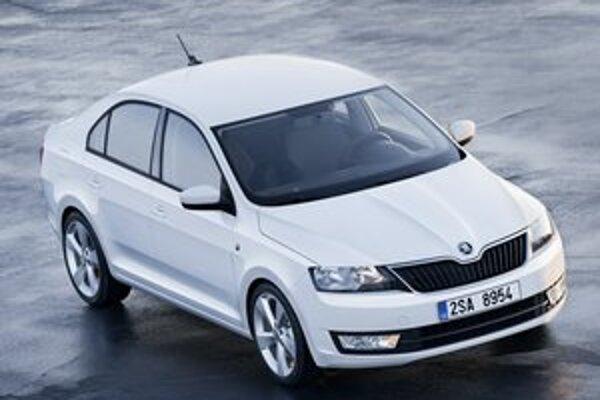 Nová kompaktná Škoda Rapid. Jednoduchému dizajnu vozidla dominuje nová predná maska s veľkým firemným logom.