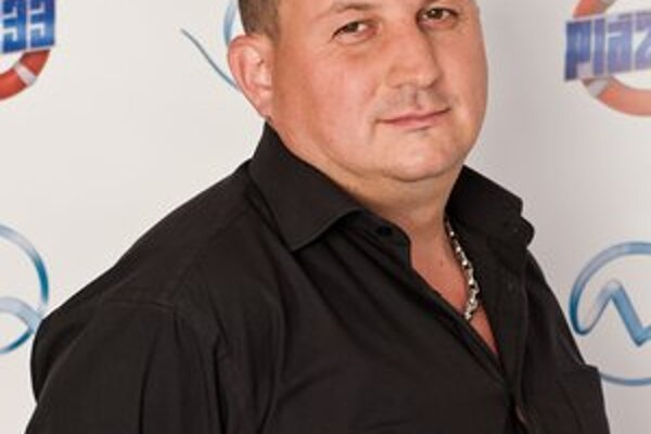 Marek Korpa. Tridsaťšesťročný rozvedený Košičan vlastní mobilný bar, kedysi kandidoval za starostu Geče a momentálne je poslancom košickej mestskej časti Staré Mesto.