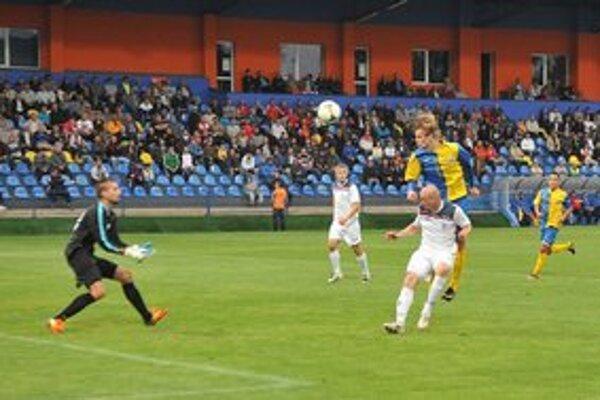 Úvodný gól zápasu v Michalovciach. Zaznamenal ho hlavou útočník MFK Zemplín Michal Hamuľak (najvyššie).