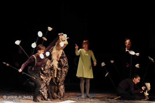 V predstavení hrajú Andrea Ballayová, Ľubomíra Dušaničová, Radovan Hudec, Michal Kalafut, Lucia Korená, Miloš Kusenda a Katarína Petrusová.