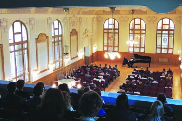 Vkoncertnej sále Župného domu sa vrámci Galérie hudby 2013 predstavil aj klavirista Marián Lapšanský.