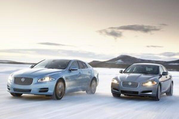 Modely Jaguar XJ a XF. Podtext: Pohon všetkých kolies testovala firma Jaguar v svojom skúšobnom areáli na severe Švédska.