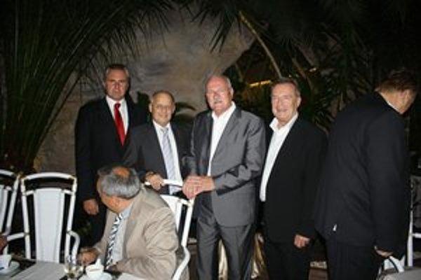 Fotka s prezidentom sa cení. Oslávenec ich má mnoho, ale z oslavy sedemdesiatky zatiaľ nie. Vľavo prezident vodného póla Juraj Kula, vpravo oslávenec Otto Sabo, ktorého v Košiciach každý pozná.
