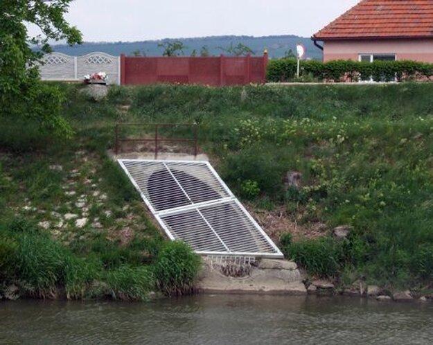 Vodári čistili mrežu. Šachta je niekoľko metrov nad ňou.