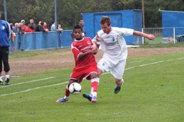 Strelec vyrovnávajúceho gólu. Domáci Lukáš Pelegríny (v bielom) v súboji s Azevedom.