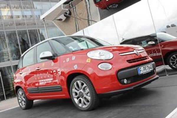 Minivan Fiat 500 L. Päťmiestne vozidlo vzniklo predĺžením Cinquecenta a na jeho pohon slúžia tri motory.