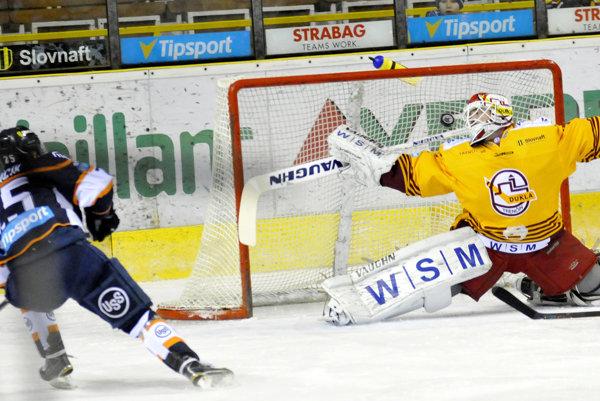 Jan Chábera inkasuje gól z hokejky Richarda Jenčíka. Trenčín podľahol Košiciam 2:3 po samostatných nájazdoch.