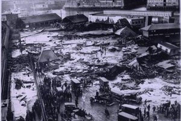 Dejisko bostonskej katastrofy. Z roztrhnutej nádrže (v pozadí jej zvyšky) sa melasa valila ulicami rýchlosťou 50 km/h.