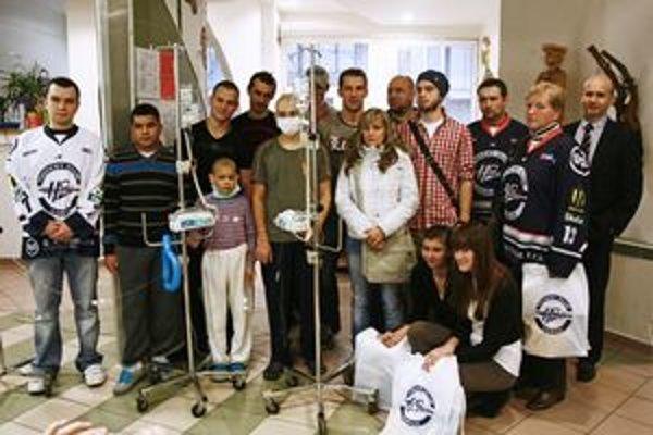 Spoločné pózovanie. Hokejisti a členovia fanklubu boli na oddelení detskej onkológie v Košiciach po štvrtý raz.