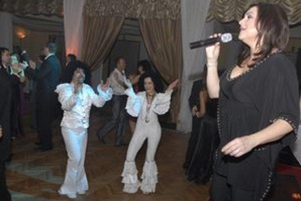 Stretnutie hviezd. Ilona Csáková zabavila aj Boney M, teda víťazné masky plesu.
