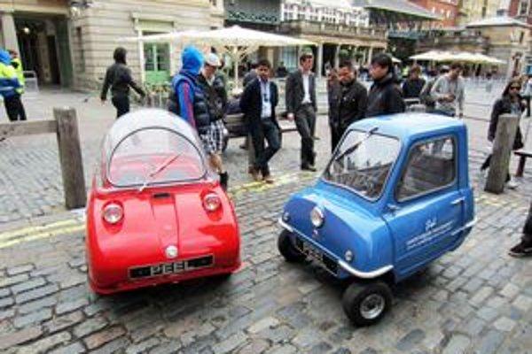 Vozidielka firmy Peel. Model Trident (vľavo) má bublinovú strechu, model P50 je dlhý len 1,37 metra.