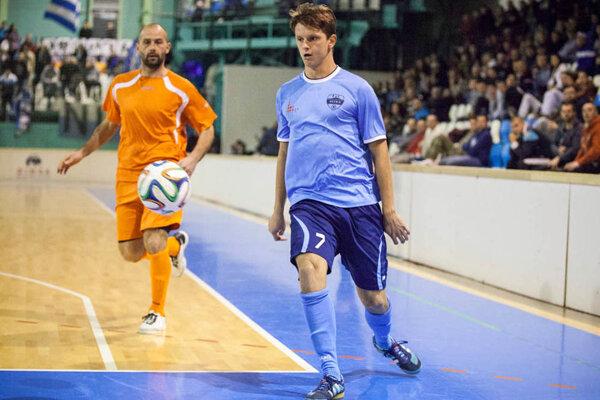 Vo finále minulého ročníka tím FC Nitra porazil Výber ZsFZ 5:4 gólom Kotoru päť sekúnd pred koncom. Na snímke Matúš Paukner (najlepší strelec a hráč) s Csabom Szórádom.