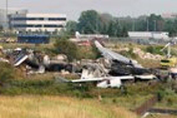Panoramatický pohľad na miesto havárie. Airbus A340 prešiel za koniec dráhy a po asi tristo metroch sa zosunul do strže.