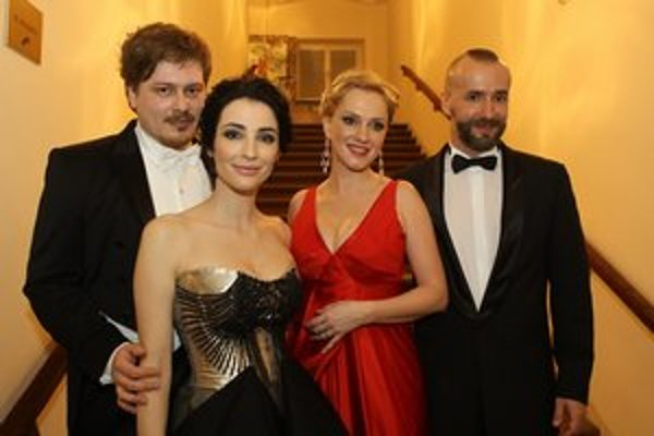 Jaro Bekr Monike tieto nádherné červené šaty vydražil.