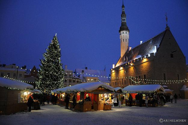 Vianočné trhy v Talline bývajú na Radničnom námestí.