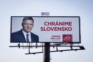 Volebný bilbord strany Smer so sloganom Chránime Slovensko.