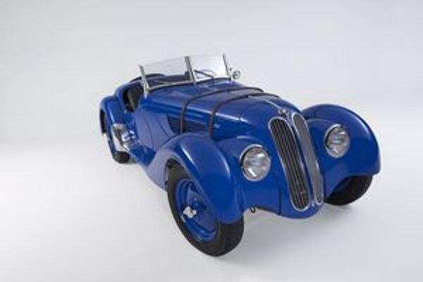 Roadster BMW 328. Podtext: Svoju premiéru mal inovatívny roadster BMW 328 na pretekoch na okruhu Nürburgring pred 75 rokmi.