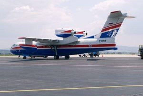 Obojživelné lietadlo Be-200ES. V spodnej časti trupu sú nádrže na 12 ton vody.