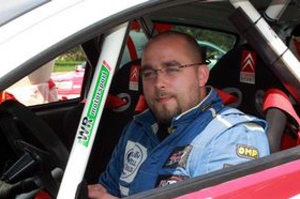 Teší sa na súťaž. Jazdec Pavol Nagy je rád, že po dlhej pauze môže opäť sedieť v súťažnom aute.